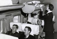 Thì ra đây là cách em bé đi máy bay hơn 60 năm về trước Trẻ em đi máy bay cách đây 60 năm thú vị như thế này đây