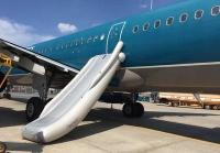 Văn hóa khi bay: Đừng tự ý mở cửa thoát hiểm máy bay